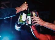 Alkohol hebt die Feierlaune, hat aber mehr Nebenwirkungen als nur den Kater am Morgen danach. (Bild: Getty)
