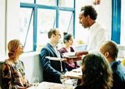 Jobs im Gastgewerbe sind in den Sommermonaten stärker gefragt. (Bild: Thomas Barwick/Getty)