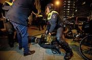 Polizei-Schäferhund gegen Demonstrant: Eine türkische Zeitung wähnt sich an die Nazis erinnert.Bild: Peter De Jong/AP (Rotterdam, 12. März 2017)