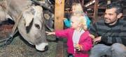 Elin Odermatt (vorne), ihre Schwester Jana und Vater Patrick Odermatt aus Rotkreuz bei den Kühen in der Tierhalle. (Bild: Daniel Frischherz / Archiv)