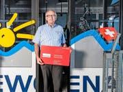 Mit dem GA auf dem Swiss Pass ist die Fahrt auf die Klewenalp gratis. Im Bild: Sepp Odermattt, Geschäftsführer der Bergbahnen Beckenried-Emmetten AG, mit einem vergrösserten Swiss Pass. (Bild Boris Bürgisser)