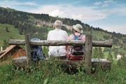 Wanderer geniessen auf der Rigi das Panorama. (Bild: Gaetan Bally/Keystone (23. Juli 2013))
