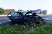 Nach einer Pirouette auf der Autobahn blieb das Auto des Unfallverursachers völlig demoliert stehen. (Bild: Zuger Polizei)