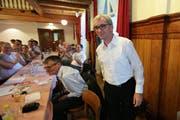 Die Versammlung der Obwaldner CVP applaudiert Erich Ettlin nach seiner Nomination. (Bild: Roger Zbinden / Neue OZ)
