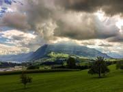 Wolken und Sonnenstrahlen über der Rigi, aufgenommen in Meierskappel (Bild: Leser Daniel Hegglin)