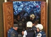 Polizisten versuchen das mazedonische Parlament zu schützen. (Bild: Georgi Licovski/EPA (Skopje, 27. April 2017))