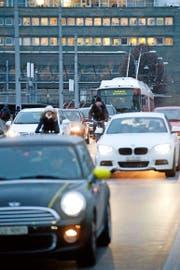 Eine alltägliche Situation in der Stadt Luzern: Ein Bus steht auf der Seebrücke im Stau. Das Gesamtverkehrskonzept soll ÖV und Langsamverkehr fördern. (Bild Boris Bürgisser)