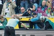 Schiedsrichter Christian Dingert nutzt den Videobeweis im Spiel Gladbach – Hannover (2:1). (Bild: Getty (Mönchengladbach, 30. September 2017))
