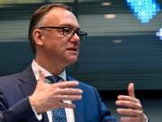 Der Chef von Kühne + Nagel, Detlef Trefzger, kann mit dem Geschäftsjahr 2017 mehr als zufrieden sein. Der Logistikkonzern erzielte nach dem Rekordergebnis des Vorjahres auch 2017 wieder eine neue Bestmarke. (Archiv) (Bild: KEYSTONE/WALTER BIERI)