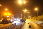 Kaum von der Autobahn abgezweigt, fuhr die Lenkerin Ihr Auto gegen einen Kandelaber. (Bild: Zuger Polizei)