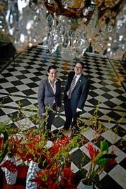 Das Ehepaar Catherine und Raymond Hunziker im Foyer des Luzerner Palace-Hotels mit den historischen Bodenplatten aus dem Jahr 1906.