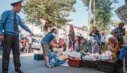 In Duschanbe dominieren Polizisten das Stadtbild. Wer gegen die Kleiderordnung verstösst, dem droht in Tadschikistan ein Bussgeld. (Bild: Edda Schlager (29. September 2017))