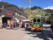 Ambulanzen am Bahnhof Andermatt: Auch aus dem Tessin wurde dieses Sanitätsfahrzeug aufgeboten. (Bild: Leserbild)