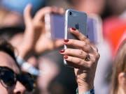 Gute Nachricht für Kundinnen und Kunden von Sunrise: Der Telekomanbieter senkt die Preise für das Datenroaming. (Symbolbild) (Bild: Keystone/CHRISTIAN BEUTLER)