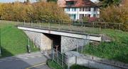 Die Brücke über die Weststrasse soll bald abgebrochen werden. (Bild: Stefan Kaiser (Zug, 2. November 2017))