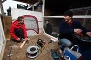 Bauen einen Fasnachtswagen zum Thema EVZ- und ZSC-Querelen: Michael Müller (links), Pascal Felder (hinten) und David Müller. (Bild Christof Borner-Keller/Neue ZZ)