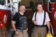 Peti Federer (links) und Urs Doggwiler bei der Feuerwehr in Lucerne (Kalifornien). (Bild: SRF)