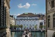 Blick über den Rathaussteg auf das Gebäude des Luzerner Theaters. (Bild Pius Amrein)