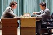 Boris Spassky (Liev Schreiber, links) und Bobby Fischer (Tobey Maguire) liefern sich den «Match des Jahrhunderts». (Bild: PD)