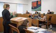 Sieht aus wie echt, ist aber gespielt: eine angehende Juristin beim Plädoyer im Kantonsgericht Luzern.Bild: Corinne Glanzmann (16. Februar 2018 (Bild: ))