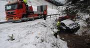 Das Auto wird aus dem Bach geborgen. (Bild: Luzerner Polizei (Ebersecken, 15. Februar 2018))