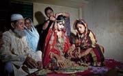 Die damals 15-jährige Nasoin Akhter wird in Bangladesch von ihrer Familie für ihre Heirat mit einem 32-Jährigen vorbereitet. (Bild:)