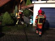 Mit Atemschutz rückte man dem Feuer zu Leibe. (Bild: Feuerwehr Lauerz)