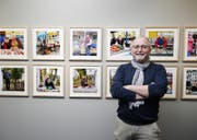 Thomas Gretener mit seinen Bildern. (Bild: Stefan Kaiser)