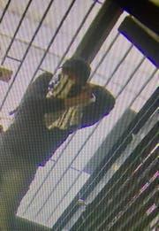 Eine Überwachungskamera hat den maskierten Mann gefilmt. (Bild: Luzerner Polizei)