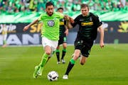 Der Wolfsburger Yunus Malli (links) gegen Mönchengladbachs Christoph Kramer im Bundesligaspiel vom 13. Mai.