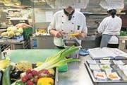 Gastrobetriebe haben zunehmend Mühe, Schweizer Köche zu finden. (Symbolbild: Christian Beutler/Keystone)