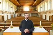 Pfarrer Dragan Stanojevic von der serbisch-orthodoxen Kirchgemeinde Luzern in der Kirche St. Joseph in Perlen. Er freut sich, dass hier mehr Platz ist für die bis zu 300 Gläubigen, die jeweils den Gottesdienst besuchen. (Bild Philipp Schmidli)
