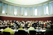 Blick in den Luzerner Kantonsrats-Saal (fast) aus Sicht eines Regierungsrates: Welche Partei schickt wieviele Regierungsrats-Kandidaten ins Rennen? (Bild Pius Amrein/Neue LZ)