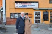 Emil Steinberger mit seiner Frau Niccel vor dem Kino in der «Brotfabrik» in Berlin-Weissensee. (Bild: Ricardo Tarli)