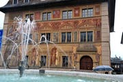Schwyzerinnen und Schwyzer zahlen mehr Steuern, im Bild das Rathaus. (Bild: Erhard Gick / Neue SZ)