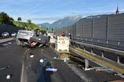 Sowohl am Auto als auch an den Strasseneinrichtungen entstand erheblicher Sachschaden. (Bild: Kantonspolizei Nidwalden)
