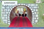 Der damalige Verkehrsminister Adolf Ogi (rechts) und der VR-Präsident der Hupac, Bernd Menzinger, mit einem Modell der Alpentransversale. (Bild: Keystone)