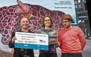 Daniel Christen, Andrea Näpflin und Tobias Eichelberger (rechts) gewannen mit «Henri Junior – Blick unter die Haut» den Hauptpreis beim Kunstwettbewerb der Zuger Stierparade. (Bild: Christian Hildebrand (7. September 2017))