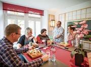 Lukas Kuster (zweiter von rechts) bedient im Zeku-Sushi in Malters seine Stammgäste. (Bild: Roger Grütter (Malters, 6. April 2017))