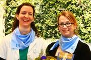 Gastgeberin Esther Bernet, Eidg. dipl. Drogistin FH, Safran Natur Drogerie Luzern und Preisgewinnerin Céline Krummenacher, Luzern (rechts). (Bild: Heiboss SA / Luzern)