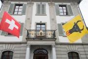 Am Balkon des Urner Regierungsgebäudes hängen die Schweizer und die Urner Fahne (Symbolbild). (Bild: Keystone / Urs Flüeler)