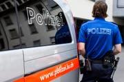 Einsatzwagen und Polizist der Luzerner Polizei. (Symbolbild) (Bild: Keystone)