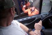 Eine Kontrolle eines Lastwagenchauffeurs. (Symbolbild/Archiv Neue LZ)