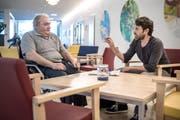 Heinz Gilli (links) im Gespräch mit Künstler Christoph Fischer im Foyer des Betagtenzentrums Eichhof. (Bild: Pius Amrein / Neue LZ)