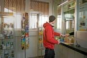 Die Postfiliale in Vitznau schliesst vielleicht schon bald ihre Türen. Im Bild ist Sidney Trionfini aus Vitznau zu sehen. (Bild Dominik Wunderli)