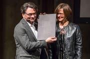 Edwin Beeler (links) beim Entgegennehmen des Innerschweizer Filmpreises 2017 Anfang März. Nun hat er auch den Innerschweizer Kulturpreis gewonnen. (Bild: Philipp Schmidli)