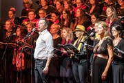 Sänger Davido Morell mit Chor. (Bild: Christian H. Hildebrand (Zug, 17. März 2018))