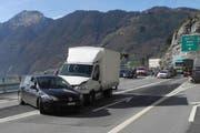 In Brunnen kollidierte am Montag ein Auto mit einem Lieferwagen. Eine Person wurde leicht verletzt. (Bild: Kantonspolizei Schwyz)