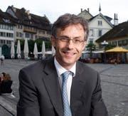 Karl Kobelt auf dem Landsgemeindeplatz, den er als seinen Lieblingsort in Zug bezeichnet. (Bild: Stefan Kaiser / Neue ZZ)