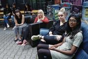 Jugendliche in der i45 in Zug (von links): Jovana Stojanovic, Nicole Schmidt, Ronit Stössel und Mithula Kugaseelan. (Bild: Werner Schelbert (15. Juli 2017))